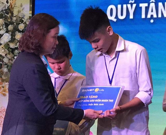 Con trai nữ lao công bị xe điên tông tử vong nhận 2 hợp đồng bảo hiểm của Bảo Việt Nhân Thọ - 1