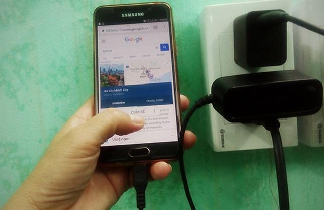 Lạng Sơn: Một người tử vong do sử dụng điện thoại khi đang sạc pin - 1
