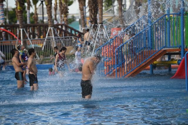 Hàng nghìn người đổ về công viên nước ở Hà Đông cuối tuần - 1