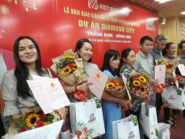 Việt Hưng Phát trao hàng trăm sổ hồng Dự án Diamond City - 1