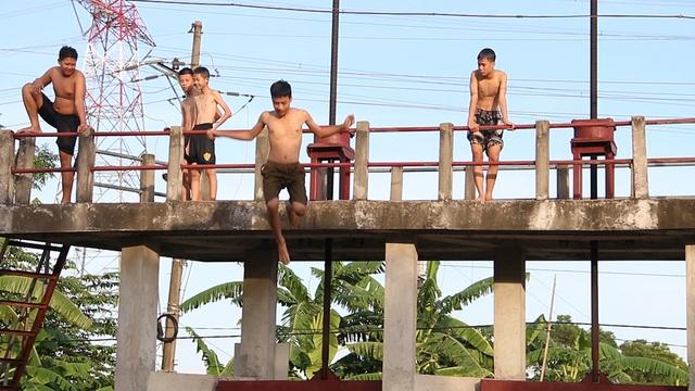 Trò chơi nhảy cầu cao 6m của thiếu niên ngoại thành Hà Nội - 7