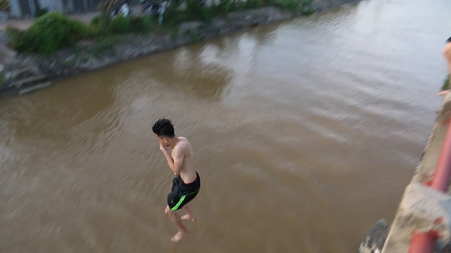 Trò chơi nhảy cầu cao 6m của thiếu niên ngoại thành Hà Nội - 9