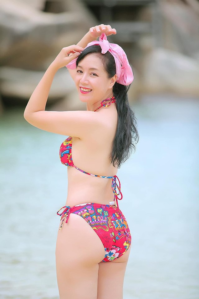 Nghệ sĩ Chiều Xuân lại khoe ảnh bikini đầy gợi cảm ở tuổi 52 - 2