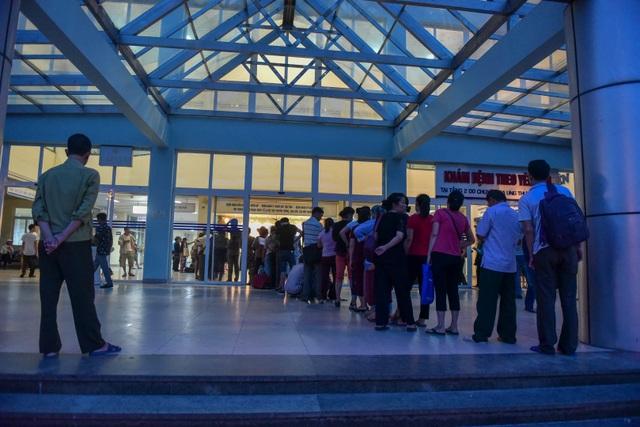 Sợ nắng nóng, người dân xếp hàng chờ khám bệnh từ 5h sáng - 2