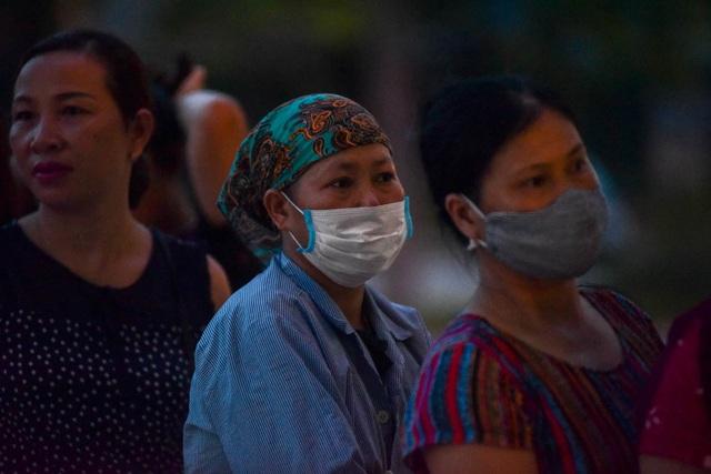 Sợ nắng nóng, người dân xếp hàng chờ khám bệnh từ 5h sáng - 3