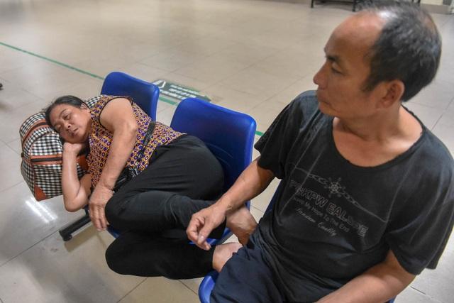 Sợ nắng nóng, người dân xếp hàng chờ khám bệnh từ 5h sáng - 9