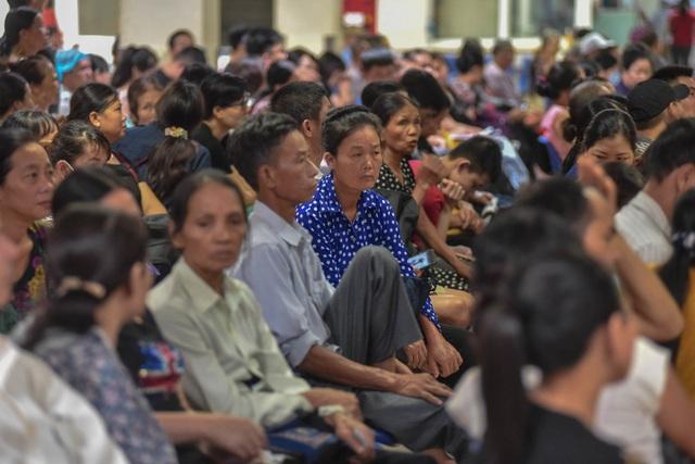 Sợ nắng nóng, người dân xếp hàng chờ khám bệnh từ 5h sáng - 12