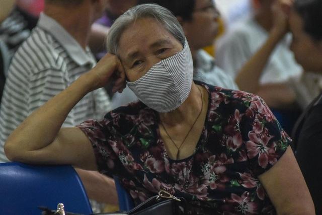 Sợ nắng nóng, người dân xếp hàng chờ khám bệnh từ 5h sáng - 6