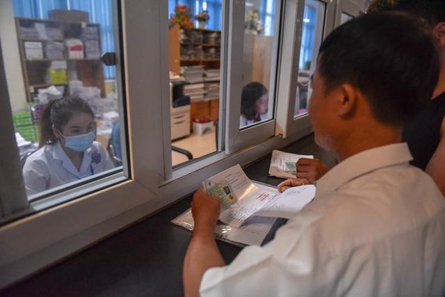 Sợ nắng nóng, người dân xếp hàng chờ khám bệnh từ 5h sáng - 13