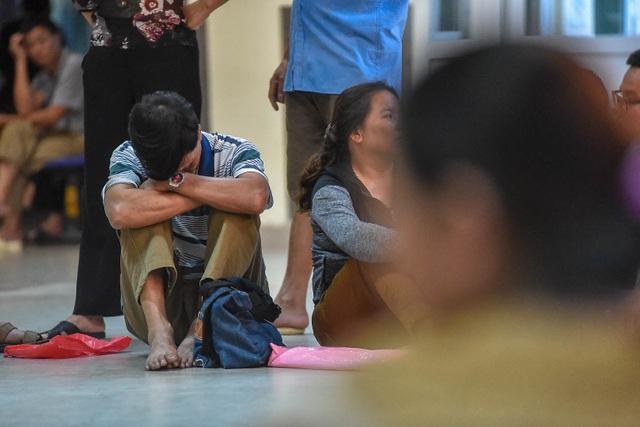 Sợ nắng nóng, người dân xếp hàng chờ khám bệnh từ 5h sáng - 8