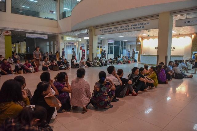Sợ nắng nóng, người dân xếp hàng chờ khám bệnh từ 5h sáng - 4