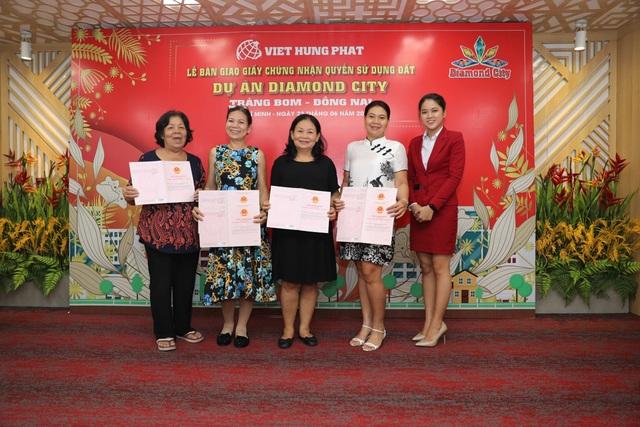 Việt Hưng Phát trao hàng trăm sổ hồng Dự án Diamond City - 2