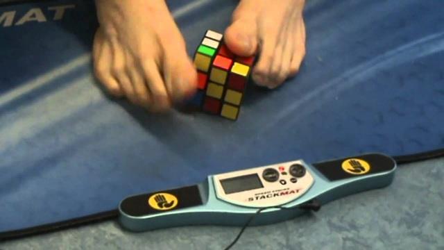 Kỷ lục giải rubik 3x3 bằng chân trong 16,9 giây - 1
