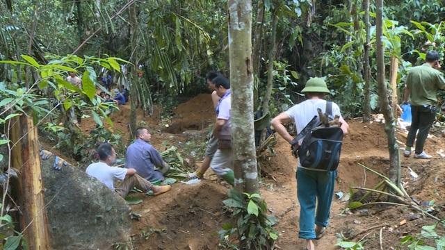 Không tìm được đá quý bạc tỷ, người dân nườm nượp kéo nhau xuống núi - 2
