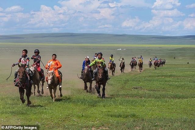 Clip: Cảnh vó ngựa cuốn tung cát bụi tại lễ hội ở Mông Cổ - 2
