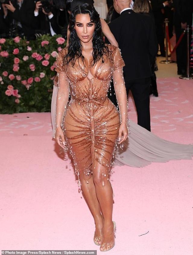 Kim Kardashian thừa nhận đau đớn khi diện váy quá bó - 7