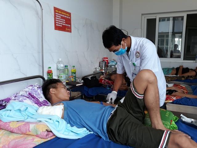Nam thanh niên mất cả cánh tay vì dùng thuốc thầy lang trị vết thương rắn cắn  - 1