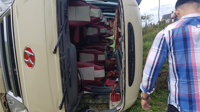 Xe chở công nhân lật xuống ruộng, ít nhất 10 người bị thương - 4