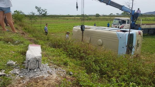 Xe chở công nhân lật xuống ruộng, ít nhất 10 người bị thương - 3