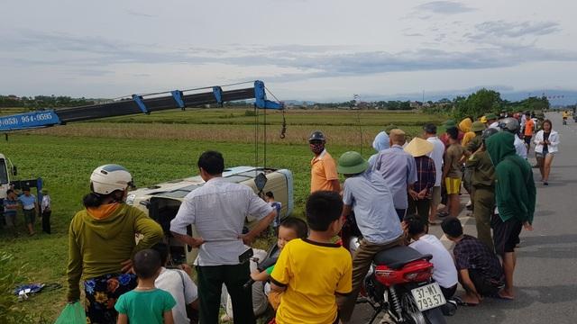 Xe chở công nhân lật xuống ruộng, ít nhất 10 người bị thương - 5