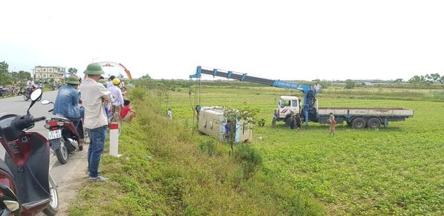Xe chở công nhân lật xuống ruộng, ít nhất 10 người bị thương - 2