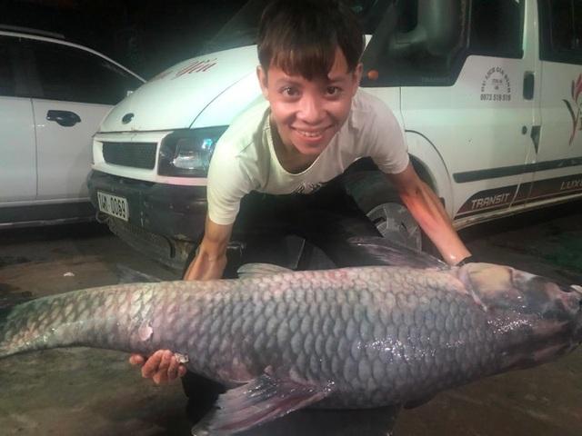 """Bắt được cá trắm đen """"khủng"""" nặng 50kg, dài 1,6m ở Yên Bái - 1"""