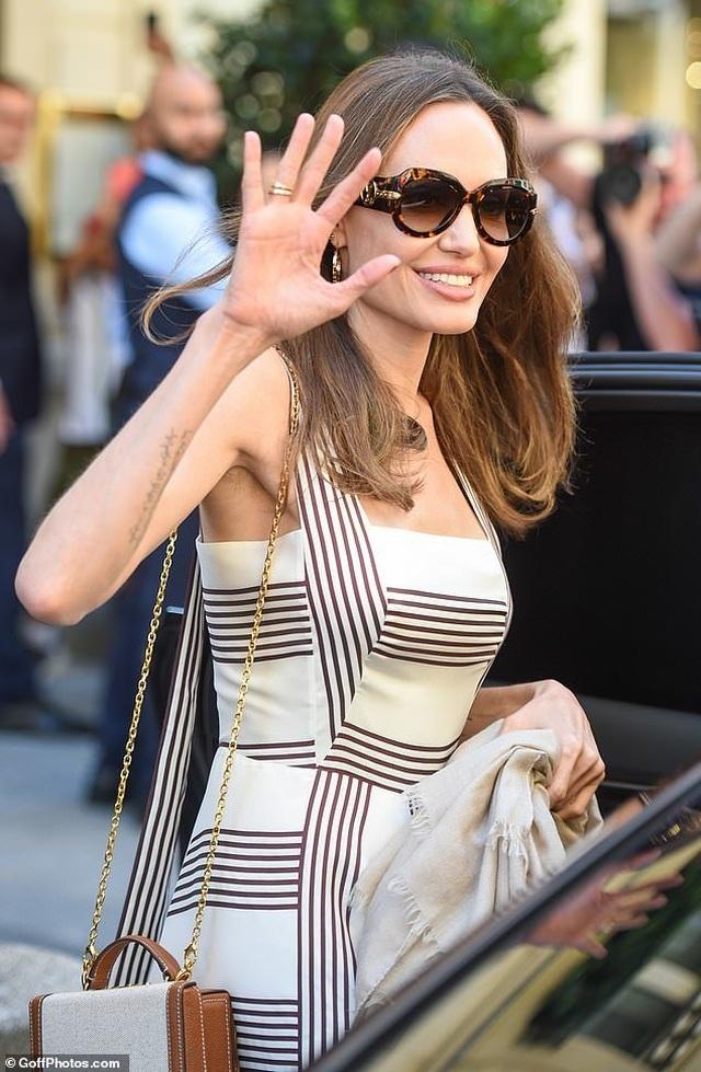 Angelina Jolie thanh lịch xuất hiện tại Paris - 1