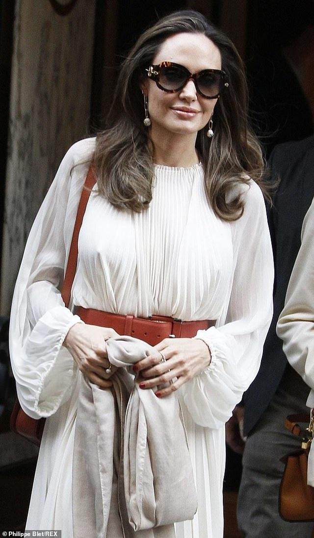 Angelina Jolie thanh lịch xuất hiện tại Paris - 7
