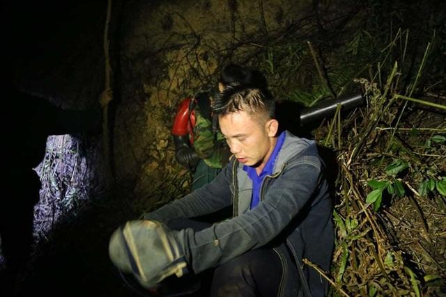 Hơn 500 người trắng đêm vật lộn với lửa rừng ngùn ngụt - 11