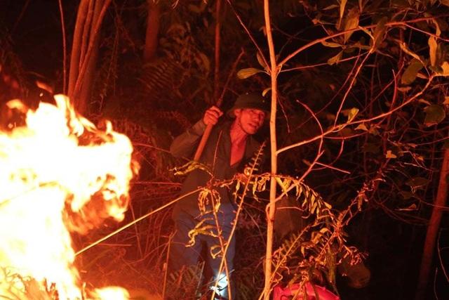 Hơn 500 người trắng đêm vật lộn với lửa rừng ngùn ngụt - 5