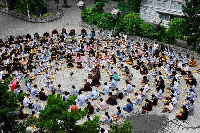 Người trẻ nườm nượp lên chùa đi tu dịp hè - 4