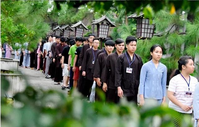 Người trẻ nườm nượp lên chùa đi tu dịp hè - 2