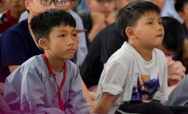 Người trẻ nườm nượp lên chùa đi tu dịp hè - 1