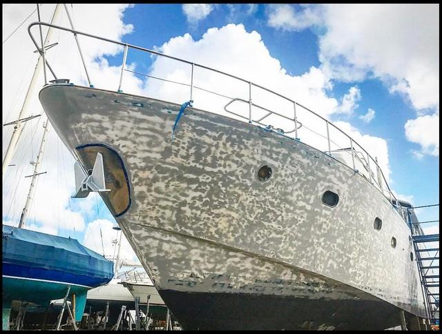 Chủ nhân dính tội lừa đảo, siêu du thuyền hàng triệu bảng Anh bị bán rẻ như cho - 2