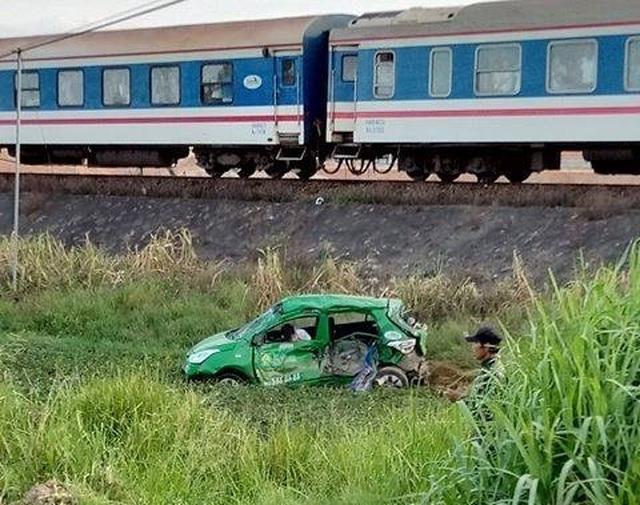 Taxi bị tàu tông bay xuống ruộng, 5 người thương vong - 2