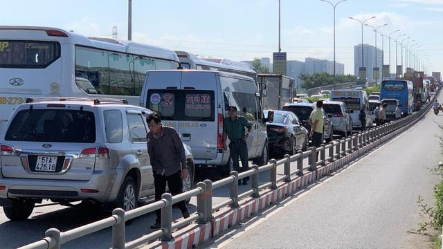 """Cao tốc """"tê liệt"""", hàng loạt tuyến đường phía Đông Sài Gòn kẹt cứng - 3"""