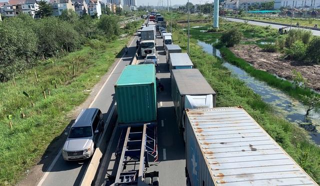 """Cao tốc """"tê liệt"""", hàng loạt tuyến đường phía Đông Sài Gòn kẹt cứng - 2"""