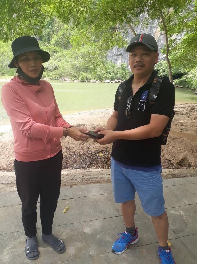 Quảng Bình: Du khách vui mừng nhận lại ví bị rơi  - 2