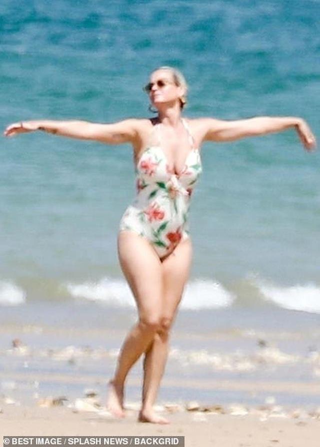 Katy Perry diện áo tắm lộ bụng tròn vo - 1