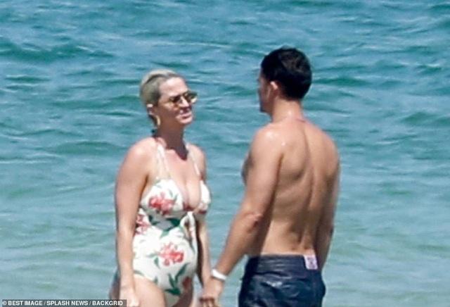 Katy Perry diện áo tắm lộ bụng tròn vo - 5