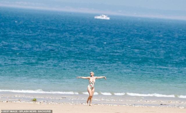 Katy Perry diện áo tắm lộ bụng tròn vo - 7