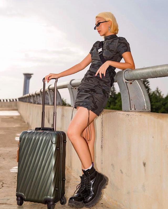 Thời trang dị của Quỳnh Anh Shyn: Mặc bikini mang giày bốt cao trên đồi cát - 7