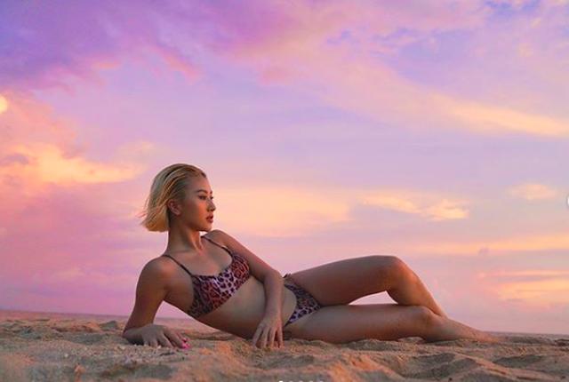 Thời trang dị của Quỳnh Anh Shyn: Mặc bikini mang giày bốt cao trên đồi cát - 6