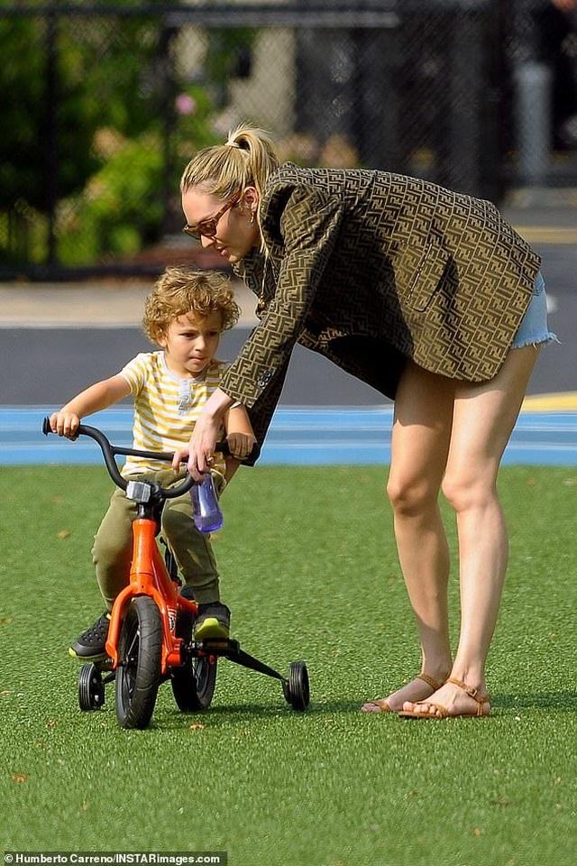 Candice Swanepoel giản dị đưa con đi chơi công viên - 1