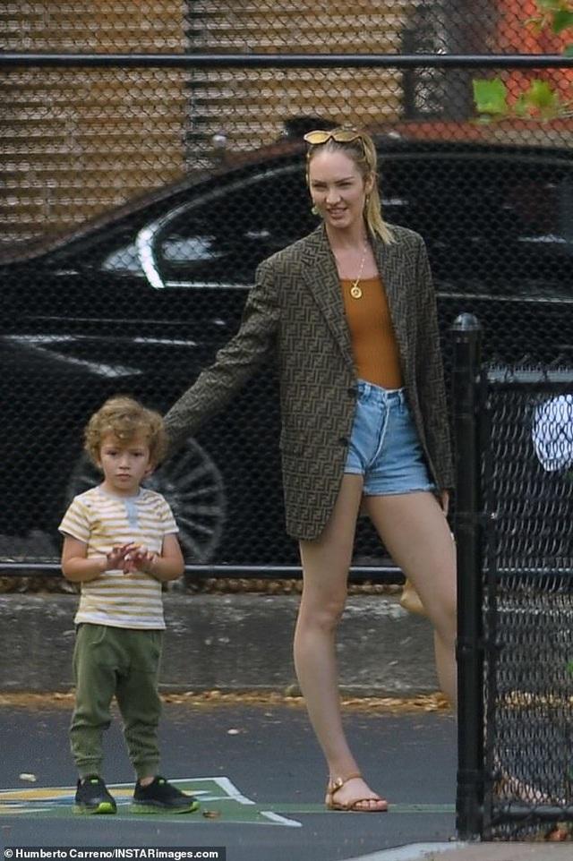Candice Swanepoel giản dị đưa con đi chơi công viên - 2