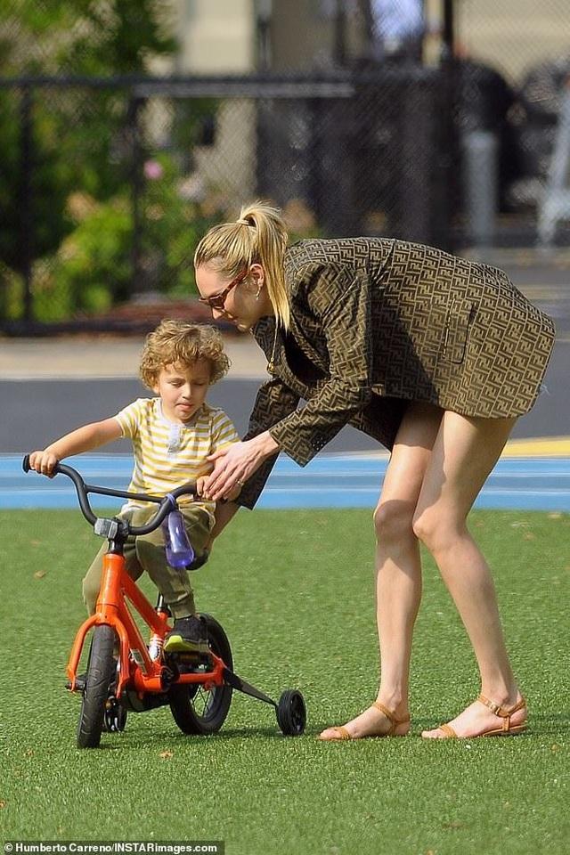 Candice Swanepoel giản dị đưa con đi chơi công viên - 3