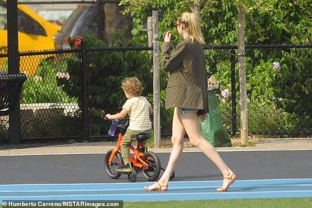 Candice Swanepoel giản dị đưa con đi chơi công viên - 7