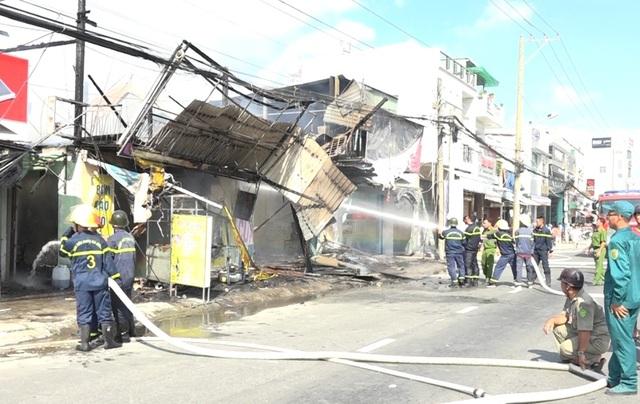 Hỏa hoạn thiêu rụi nhiều căn nhà trên quốc lộ 91 - 3