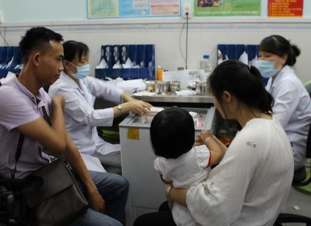 TPHCM: 2 trẻ bị sốc phản vệ nặng sau tiêm chủng - 2