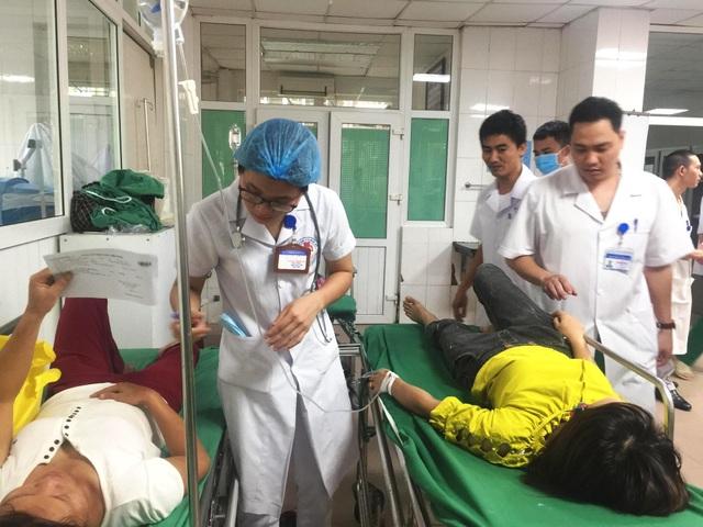 Xe chở công nhân lật xuống ruộng, ít nhất 10 người bị thương - 8